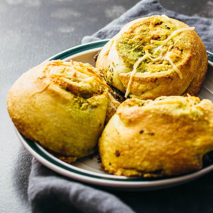 Pesto breakfast rolls