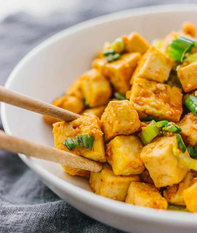 Learn how to cook tofu in a pan with a delicious sauce using this very simple recipe.